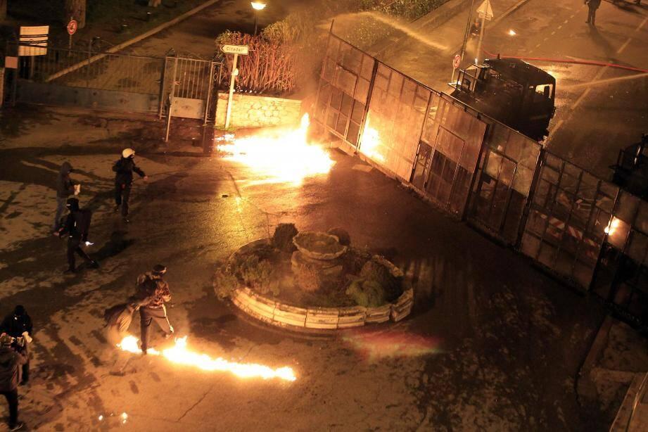 A Corte, de violents incidents ont opposé les forces de l'ordre aux manifestants mardi soir.