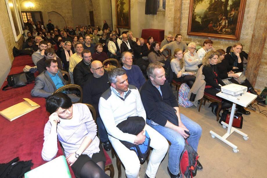 Une centaine de Grassois étaient venus chercher des réponses à leurs questions.