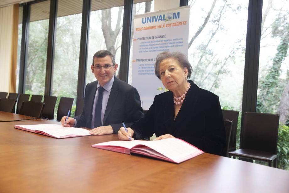 Josette Balden, présidente d'Univalom et Jeabn-Pierre Delia, président du Smed, lors de la signature de la convention officialisant la mise en réseau des déchetteries.