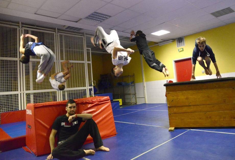 Les jeunes de l'association FrHeaven, enchaînent les acrobaties devant leur modèle, Loup.
