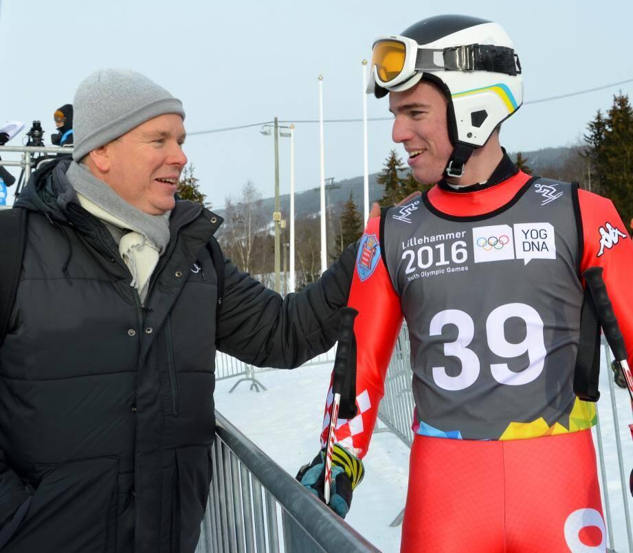 Le prince Albert II félicitant Paul Croesi après la course du super G.