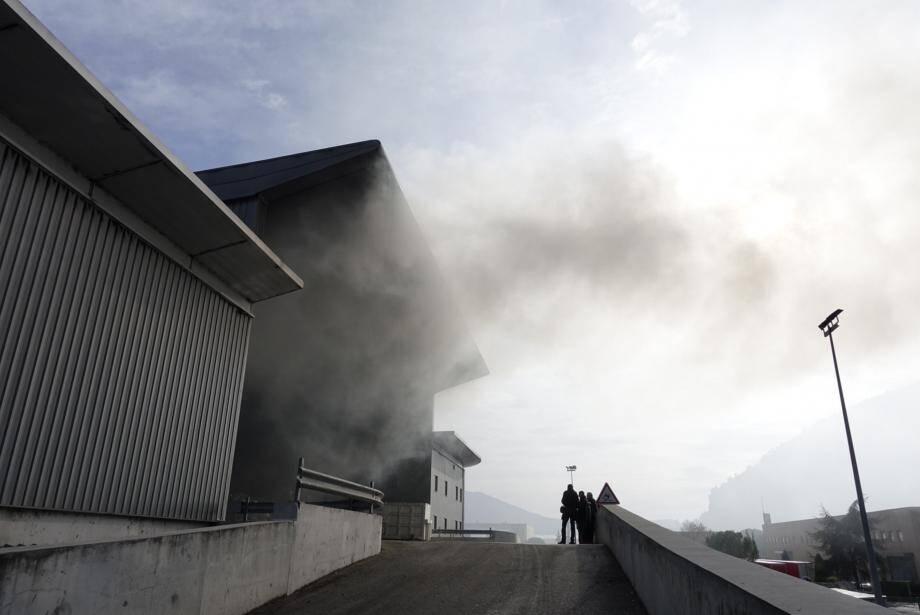 Hier en fin de matinée, de la fumée noire s'échappait encore de la fosse de réception et de la chaîne de traitement de la collecte sélective.