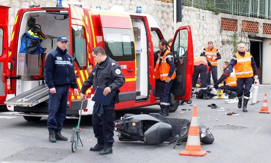 Nice le 08/02/2016 - Collision entre un camion et une deux-roues, angle Av de Gairaut et chemin de la Serena - Le pilote du deux-roues a ete transporte a Pasteur II dans un etat grave.