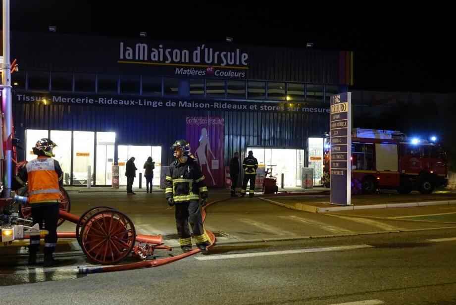 Une épaisse fumée blanche s'est élevée dans le magasin obligeant les vendeuses à évacuer les clients.