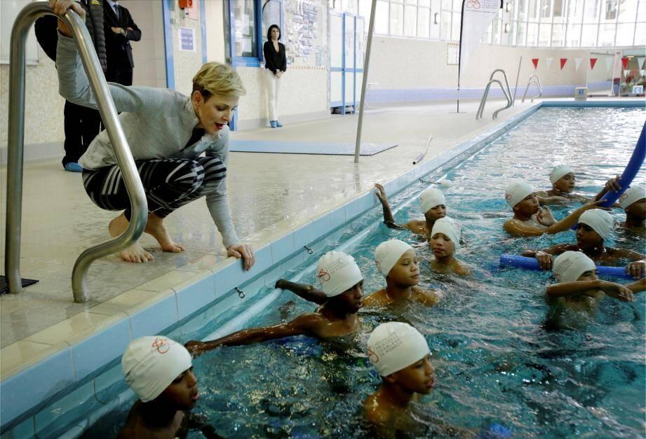 La princesse Charlène conseille des élèves.