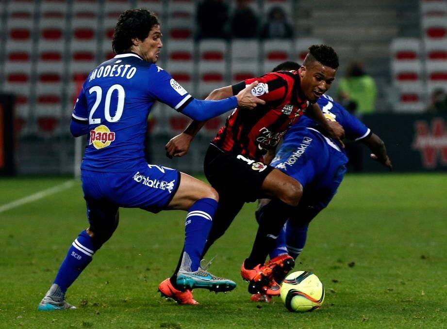 L'OGC Nice a été pris en tenailles face à des Batiais vainqueurs 2 à 0 à l'Allianz Riviera.