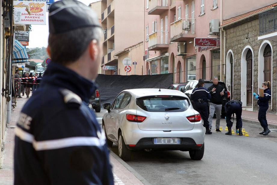Les policiers procèdent aux constations d'usage.