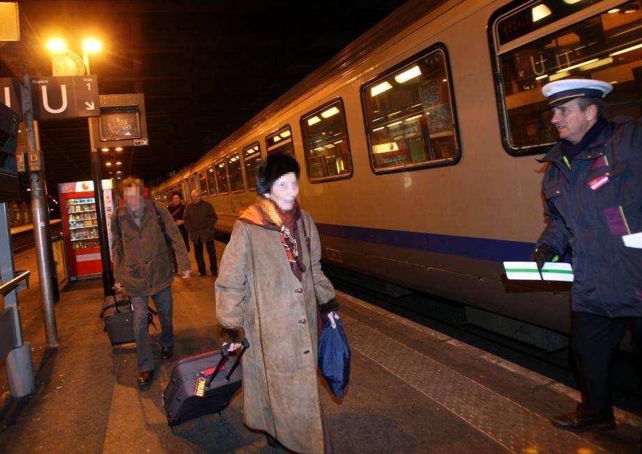 Un train de nuit en gare de Nice.