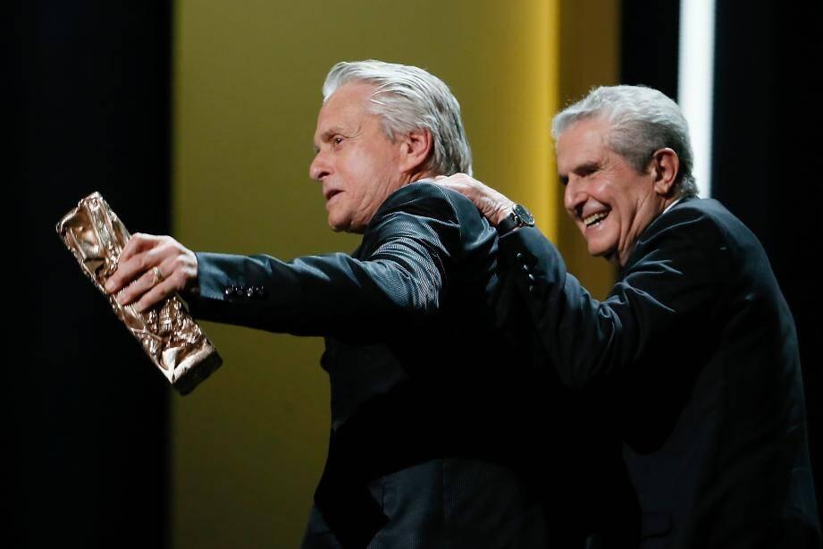 Michael Douglas et Claude Lelouch aux César 2016.