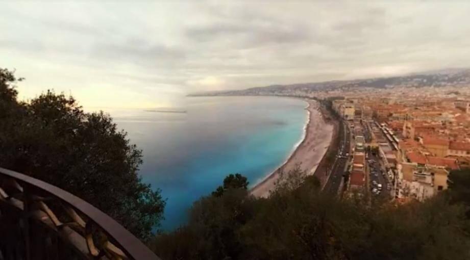 Vue sur Nice et la baie des Anges depuis la Colline du Château.