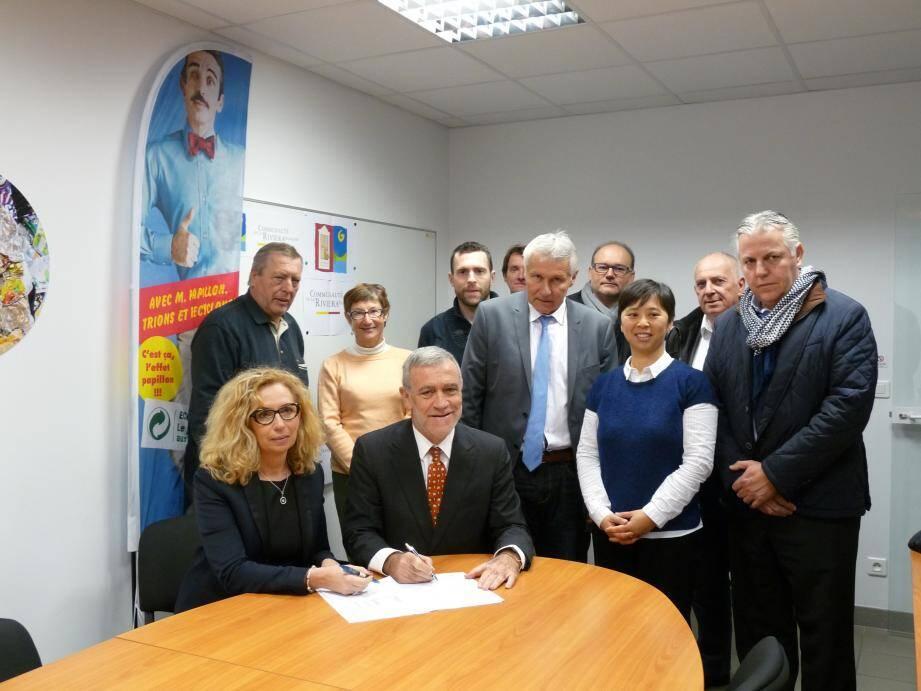 Christine Leuthy-Molina, directrice régionale d'Eco-Emballages, et Gérard Spinelli, vice-président de la Carf en charge de l'environnement, ont signé la convention de partenariat au Muy en présence d'élus de Menton, Roquebrune et Gorbio.