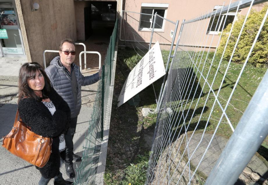 Sandrine et Denis Delaup devant la fenêtre de la chambre où a péri Jacqueline Colombiet, ici fêtant ses 91 ans.