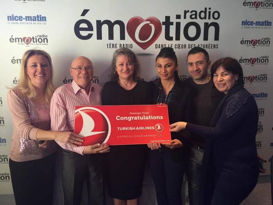 Magalie et Daniel les heureux gagnants du voyage à l'Île Maurice, dans les studios de Radio Emotion à Nice aux côtés d'une partie de l'équipe de la radio et de la compagnie aérienne.(DR)