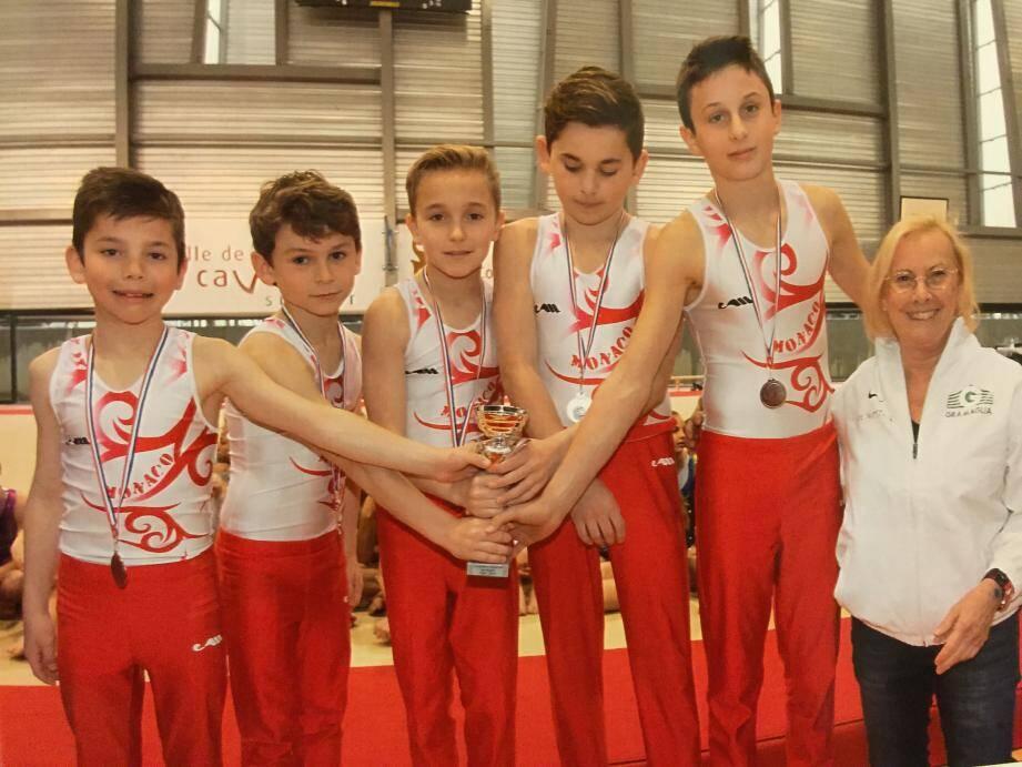 L'équipe des jeunes gymnastes de l'Étoile de Monaco, ici avec leur présidente Dominique Bertolotto, termine sur la troisième marche du podium aux championnats régionaux à Cavalaire.