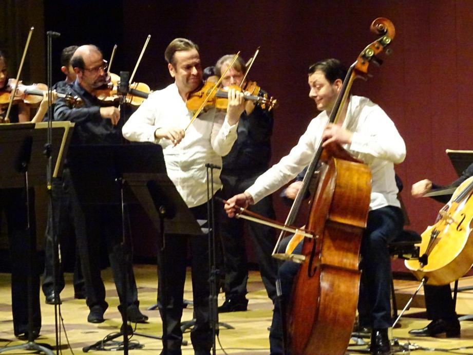 Le contrebassiste Sorin Orcinschi en grande conversation musicale avec le violoniste David Lefèvre.