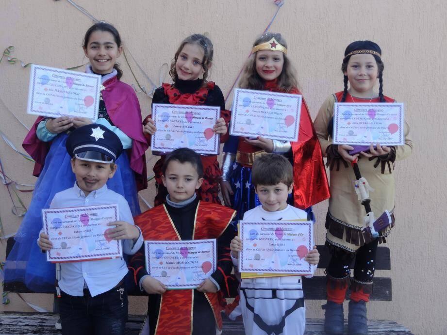 Les grands gagnants de ce concours de masques où une pluie de confetti a ravi les enfants.