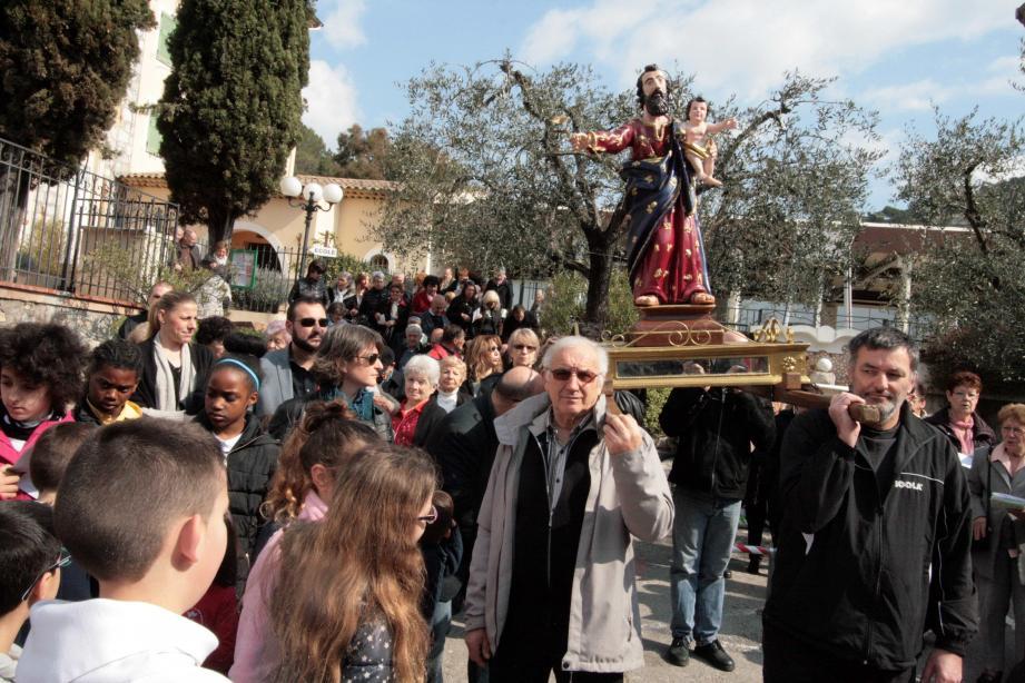 La foule des fidèles a suivi la procession dédiée à Saint-Joseph à travers les ruelles du village après la messe dominicale.