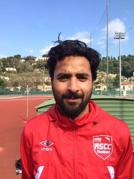 Le capitaine, Mourad Larbi, avant l'échauffement de son équipe.