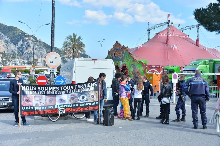 Hier après-midi, le « Collectif animalier Sans Voix » a harangué les spectateurs, en dénonçant les conditions de captivité des animaux dans les cirques.