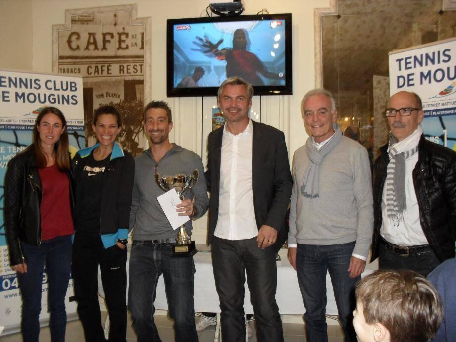 Le vainqueur Cyril Guibert a reçu son trophée des mains de Richard Galy maire avec de Christian Rejou adjoint aux sports, Rémi Dalle président du Tennis Club et Marion et Morgane professeurs du club.