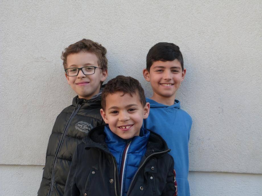 Débat entre Mohammed, Anass, tous les deux 9 ans et Wassim, 6 ans. Tassnim a 5 ans et la petite fille, judoka en herbe, estime que « dans le foot, il y a des filles aussi fortes que les garçons ». Ci dessous : Atem, 7 ans, ne regarde pas les matchs parce qu'il a « beaucoup de  travail parce qu' (il est) en CP ». Chemssedine connaît tout du football. Selon lui « Ben Arfa a changé Nice ».