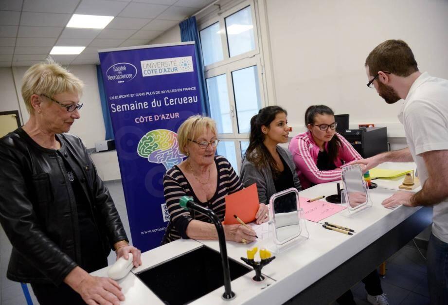 Le lycée Bristol a accueilli des ateliers scientifiques sur la mémoire et sur la perception sensorielle.