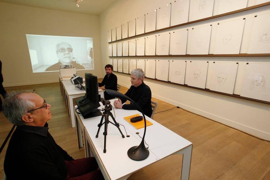 À gauche, Claude le modèle. Tout à droite, Michel, le peintre qui dessine avec ses yeux. Ses mouvements oculaires sont captés par une caméra spéciale, un eye-tracking.