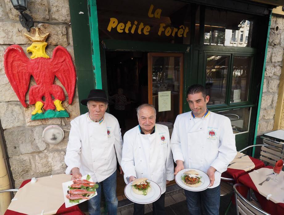 Pierre Botticelli, Jo Gasparetti, Mickaël Zurru, petit-fils de Pierre et nouveau chef du restaurant familial, rue Clément-Roassal, présentent Lou pan de nissa qui fait pan-pan aux excentricités américaines.