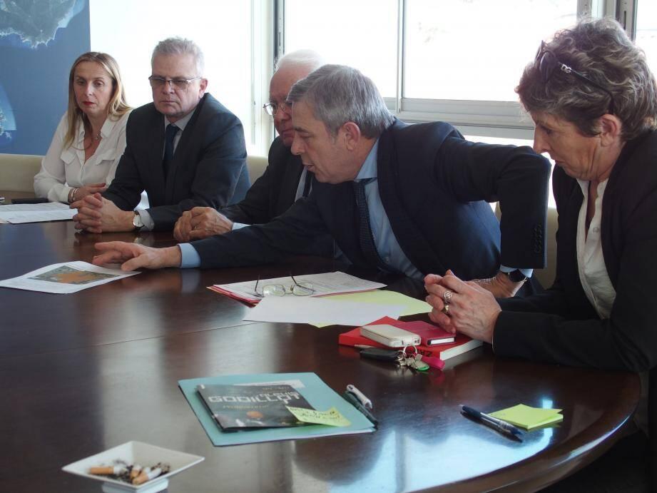 Maurice Battin, entre le maire Jean-Pierre Giran et Edwige Marino, est venu à Hyères accompagné de Marie-Florence Bulteau et de Jean-Pierre Massiera, directeur des lycées au conseil régional.