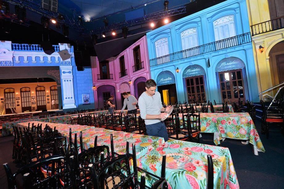 Avant les invités en tenue de soirée attendus ce soir, hier, une armée de professionnels était en marche pour dresser les tables.