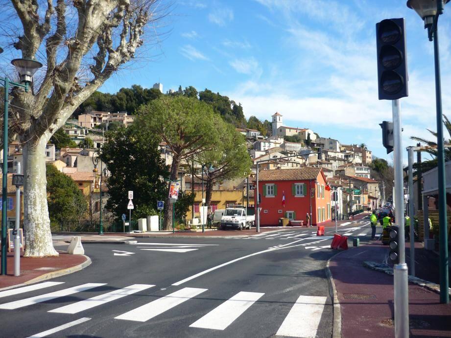 Trottoirs refaits et façade rouge ocre très provençal pour la police municipale.