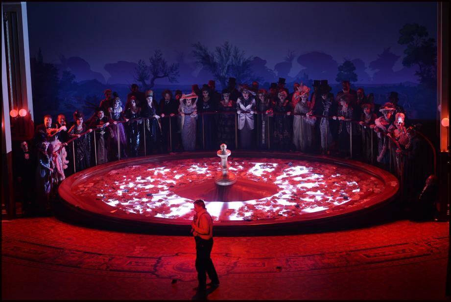 À la fin du spectacle, une roulette géante tourne sur la scène.