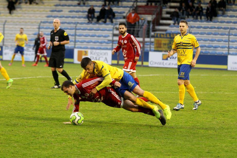 Toulon (ici Sahnoune) est tombé de haut hier. Le championnat est relancé.