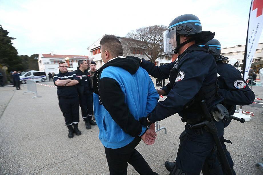 Plusieurs suspects sont interpellés par les forces de l'ordre.