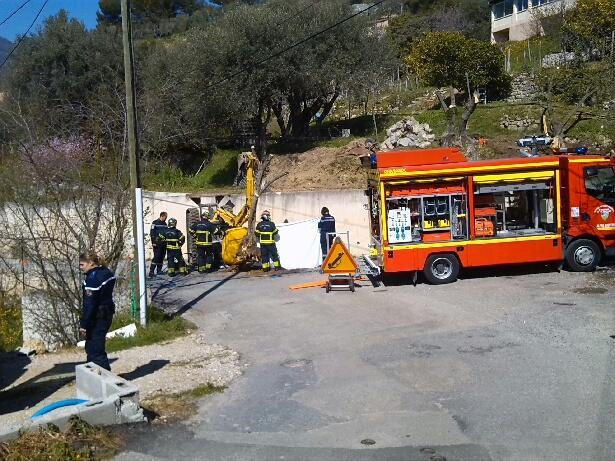 L'engin a basculé depuis le haut du muret, s'est retourné et a écrasé son  conducteur après une chute de trois mètres.(DR)