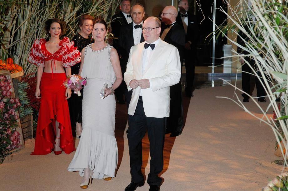 Le prince Albert II, la princesse Caroline et le couturier Karl Lagerfeld, hier soir à Monaco.