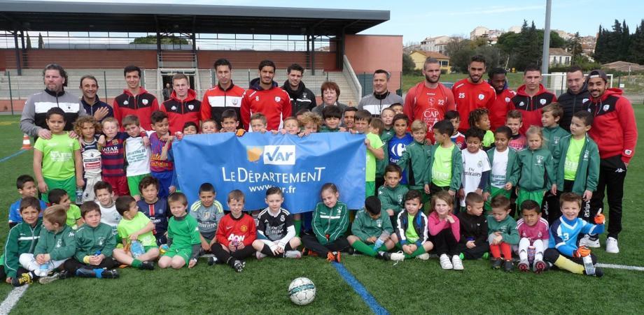 Les jeunes du F.C.P. ravis de l'opportunité qui leur est offerte par le conseil départemental de rencontrer les joueurs de l'Étoile.