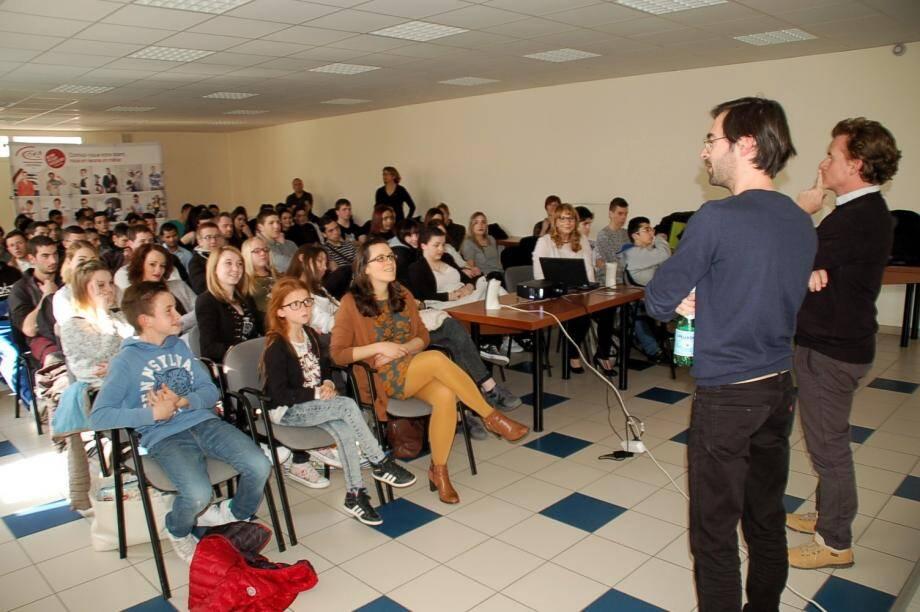 Avant la projection, le réalisateur Stéphane Landowski (premier plan) a brièvement présenté son œuvre aux élèves du CFA.