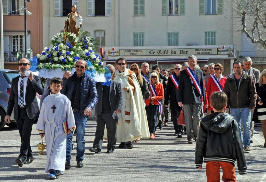 La procession du saint a mené les fidèles de l'église vers la chapelle Saint-Michel.