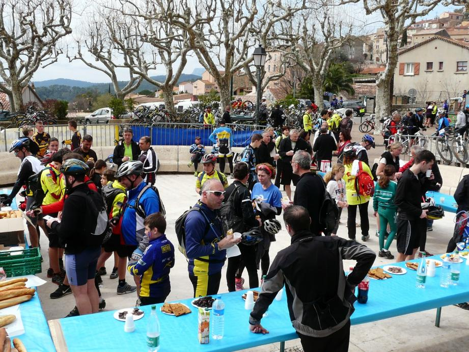 Ravitaillement sur la place Gambetta pour les 800 participants unanimes sur la qualité des parcours et de l'organisation.