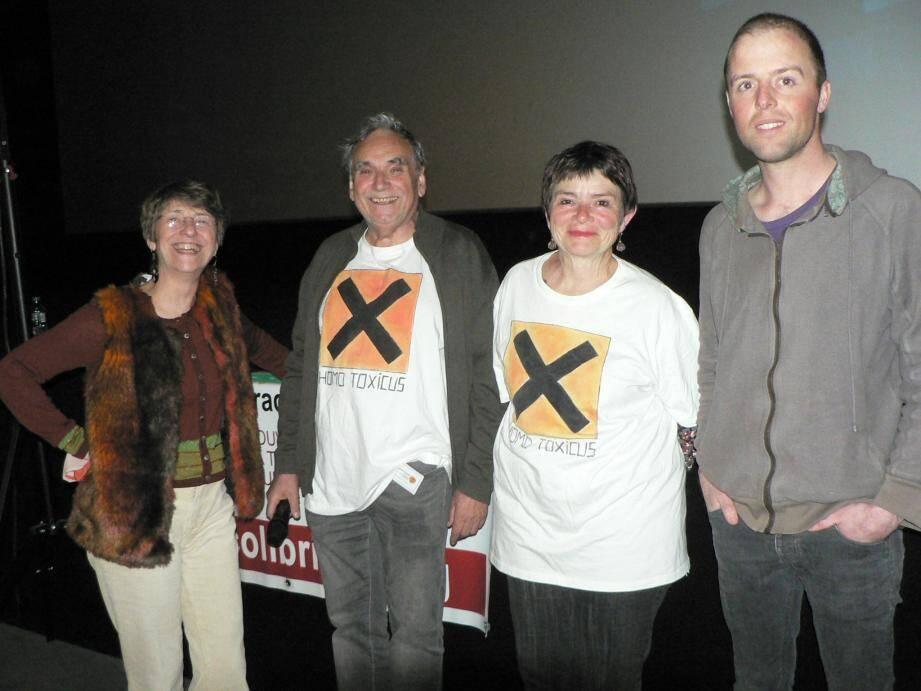 Guillaume Bodin (à droite), ici entouré des membres de Colibris 83 et de Danielle Adoux-Copin (à gauche), conseillère municipale chargée de l'environnement, a présenté son film et animé un débat ensuite.