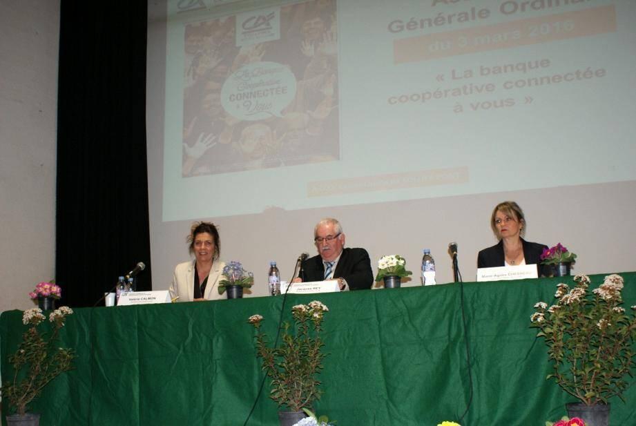 Au centre, Jacques Rey, président de la caisse locale, entouré de Valérie Calmon, secrétaire, et Marie-Agnès Chesneau, directrice réseau de proximité Provence Côte d'Azur.