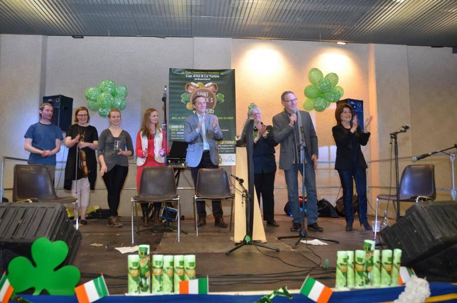 Après le concert, les élus sont montés sur scène pour féliciter les musiciens, remercier leurs comités des fêtes et dire « leur bonheur d'avoir pu partager avec l'assemblée la magie de l'Irlande ».