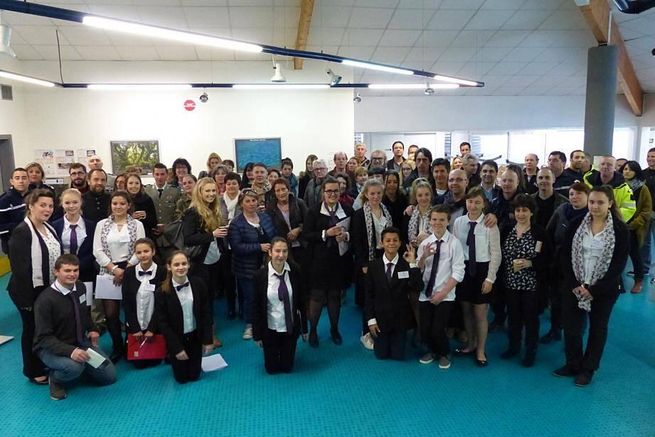 L'ensemble des intervenants, des professeurs et des élèves de DP3 ayant participé à ce forum des métiers au collège Henri Nans.