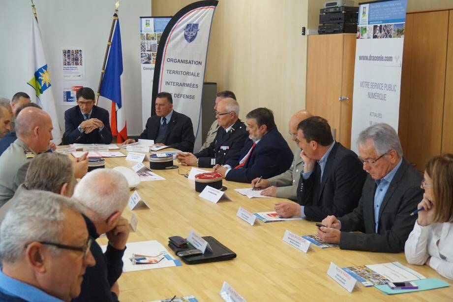 Le président de la Communauté d'agglomération dracénoise, Olivier Audibert-Troin, et les maires des communes membres étaient réunis pour la signature de la convention de soutien à la réserve militaire.