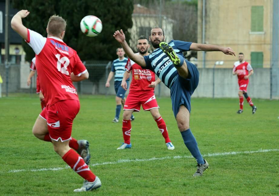 Jamad Ben Sassia n'a pas réussi à guider les jeunes joueurs de son équipe qui ont abandonné rapidement les consignes de l'entraîneur.
