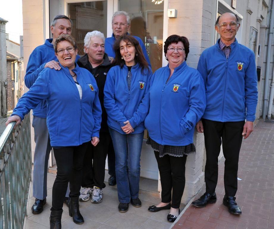 Une partie de l'équipe du Comité des Fêtes avec leur président, Guy Diouloufet, devant leur nouveau local.