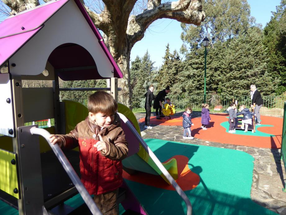 Avec l'arrivée du printemps, les enfants de la crèche vont s'en donner à cœur joie avec leur nouvelle aire de jeux.