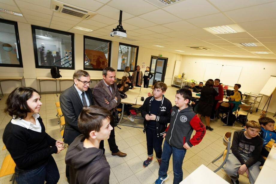 Un groupe de collégiens présente le travail réalisé et échange avec les visiteurs.