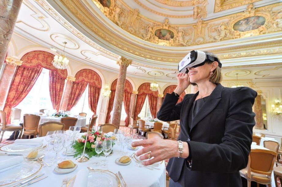 La directrice des ventes de la SBM, Alice Gentils, sert de guide au spectateur dans ces vidéos, visible via des masques 3D.